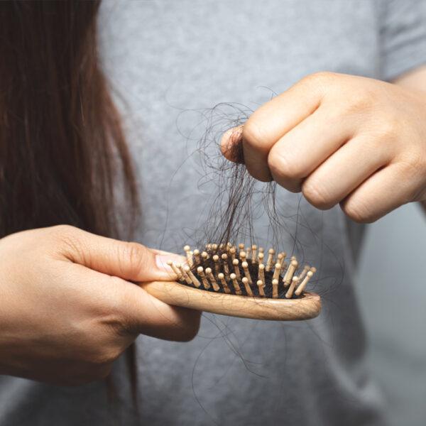 Wypadają Ci włosy? Poznaj najczęstsze przyczyny wypadania włosów i zobacz jak możesz sobie pomóc